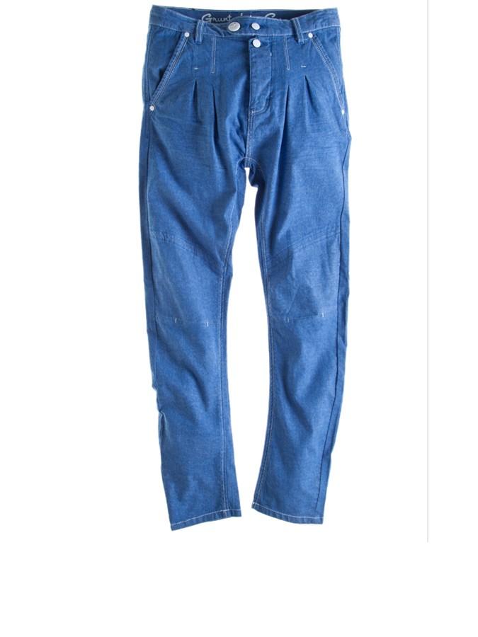 Grunt Jeans in blau - schräge Eingrifftaschen - gesteppte Bundfalten vorne - paspelierte Gesäßtaschen hinten - Gürtelschlaufen am Bund - Zweifacher Knopf vorne - mit Knopfleiste zu schließen - weiße Ziernieten und Knopf als Hingucker - modische Teilungsnaht am Oberschenkel - auffälliges Label-Patch hinten Grunt Kinderhose, Hose für Kinder